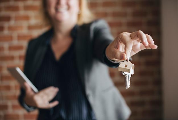 Agente imobiliário entregando as chaves