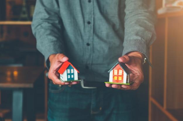 Agente imobiliário entregando casa modelo