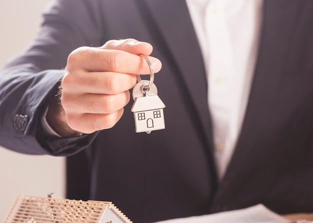 Agente imobiliário entregando chaves de casa