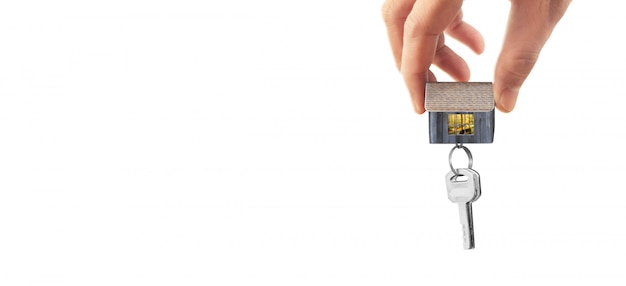 Agente imobiliário entregar as chaves da casa na mão