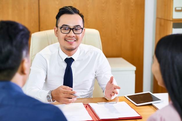 Agente imobiliário explicando detalhes do contrato