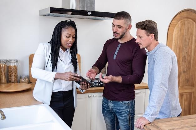 Agente imobiliário explicando sobre o acordo de habitação para casal gay