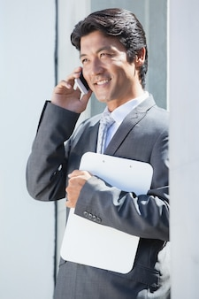 Agente imobiliário falando no telefone