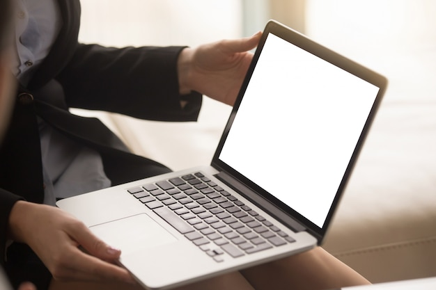 Agente imobiliário feminino mostrando a planta da casa na tela do laptop