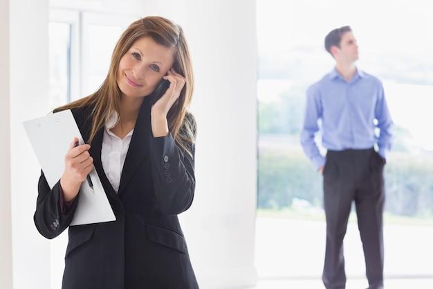 Agente imobiliário no telefone enquanto o homem decide