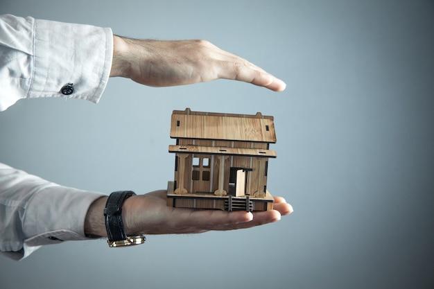 Agente imobiliário protege a casa de madeira.