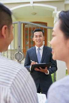 Agente imobiliário reunião com casal