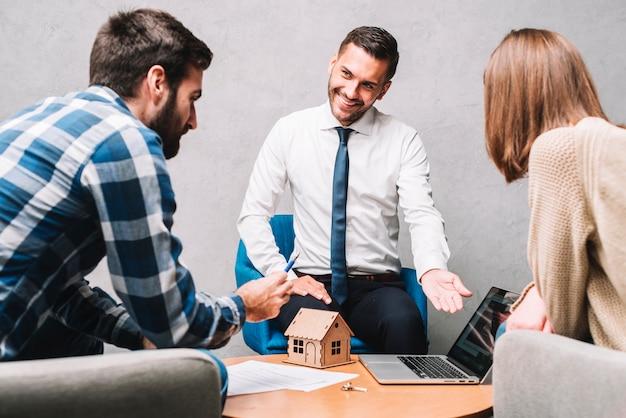Agente imobiliário, reunião, com, clientes