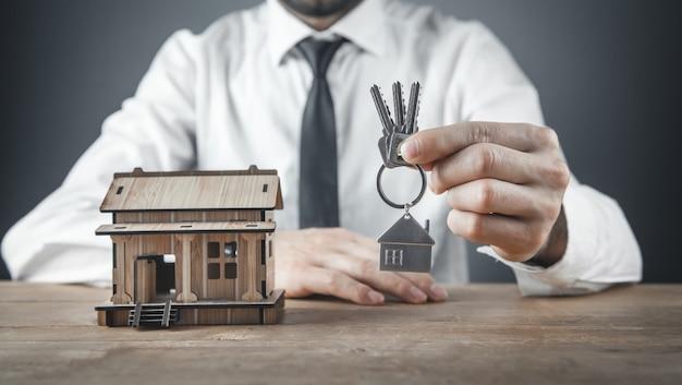 Agente imobiliário segurando as chaves da casa.