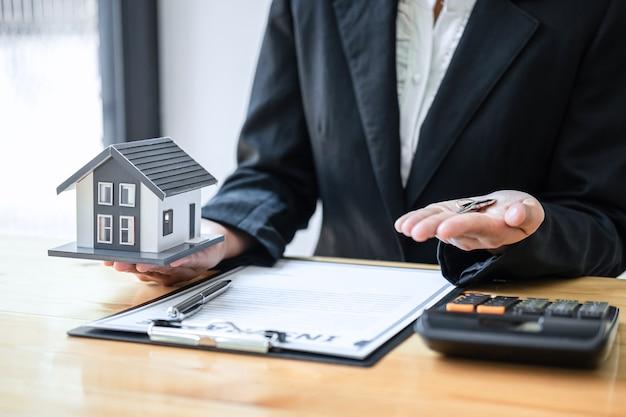 Agente imobiliário trabalhando, assinar contrato de documento de contrato de seguro residencial aprovando compras