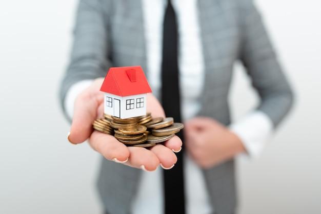 Agente imobiliário vendendo novo imóvel, arquiteto dando dicas para construção de casas, despesas com loteamentos, cedendo propriedade do terreno, mudança de endereço, localização de habitação principal