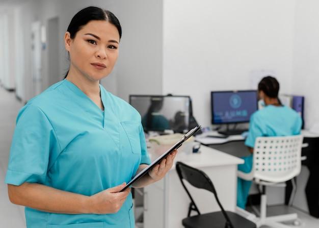 Agentes de saúde com injeção média