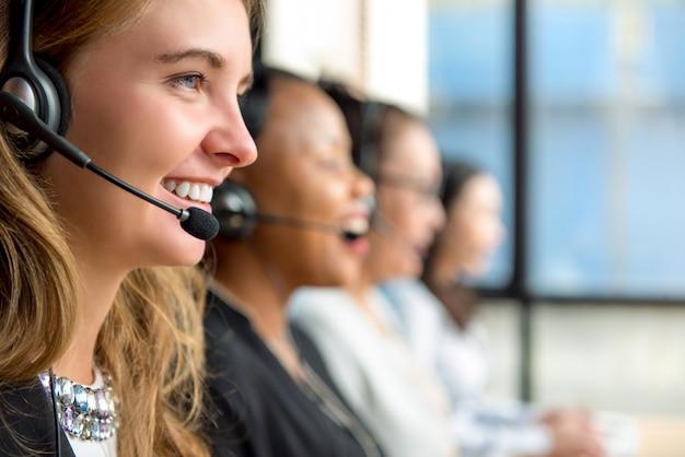Agentes de serviço ao cliente de mulher trabalhando em call center