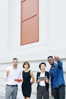 Agentes imobiliários mostrando novo edifício para investidores