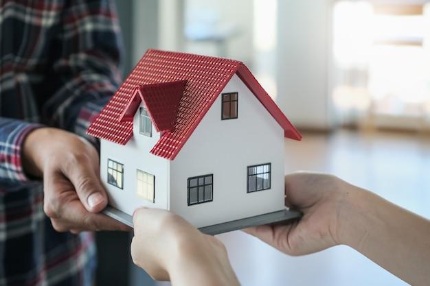 Agentes imobiliários que dão casas aos clientes.