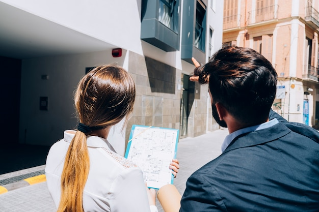 Agentes imobiliários que examinam o prédio