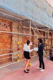Agentes imobiliários que verificam os trabalhos de construção