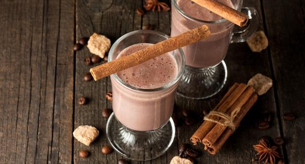 Agitação de chocolate no fundo de madeira.