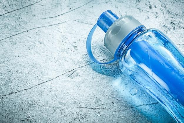 Agitador de plástico no conceito de treinamento esportivo de fundo prateado