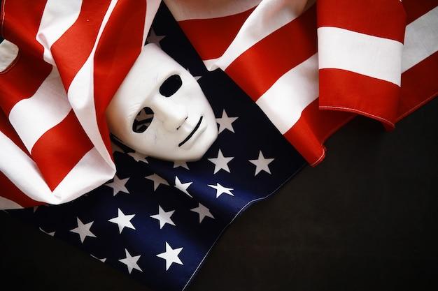 Agitando a bandeira dos eua com onda close da bandeira americana em fundo escuro