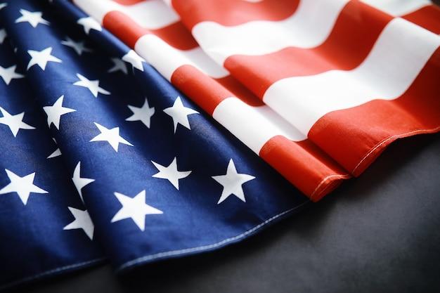 Agitando a bandeira eua com onda. bandeira americana para o dia do memorial ou 4 de julho. close da bandeira americana em fundo escuro