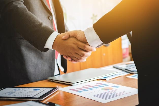 Agitando as mãos advogado trabalho em equipe conhecer pessoas.