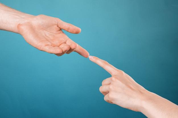 Agitando as mãos de duas pessoas