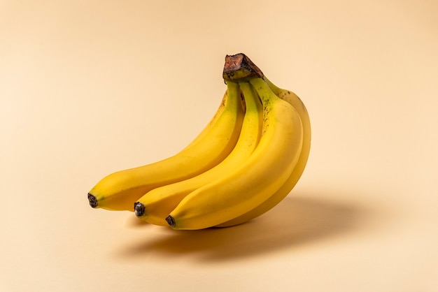 Aglomerado de banana isolado, em fundo bege