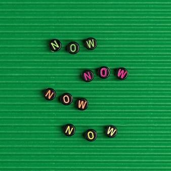 Agora palavra alfabeto letra miçangas