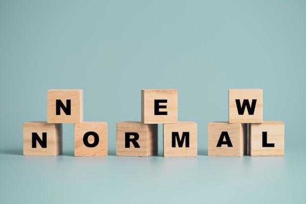 Agora, texto normal imprimir tela em bloco de cubo de madeira em fundo azul