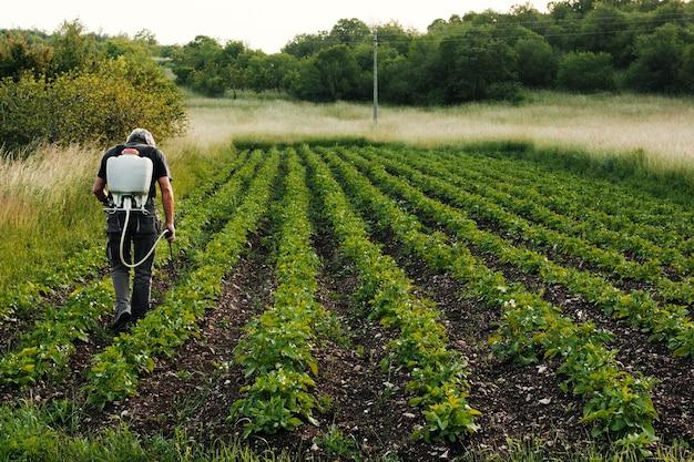 Agricultor de trabalho de tiro longo