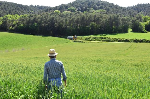 Agricultor em um campo de trigo