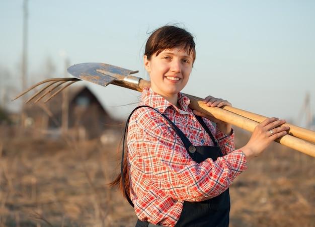 Agricultor feliz em rural