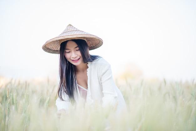 Agricultor feminino vietnamita colheita de trigo