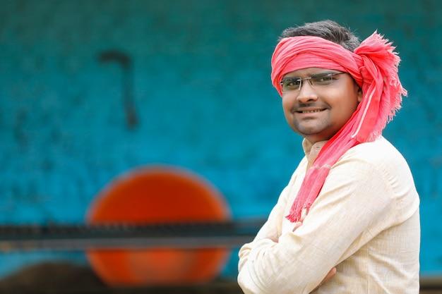Agricultor indiano com roupas tradicionais.