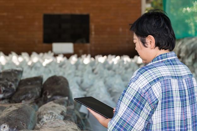 Agricultor inteligente com fertilizante orgânico