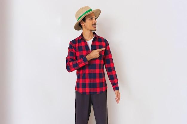 Agricultor jovem negro com chapéu isolado no fundo branco