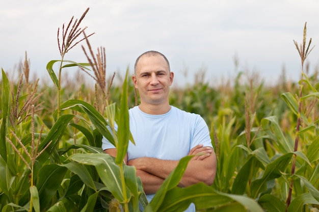 Agricultor no campo de milho