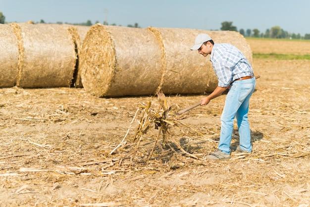 Agricultor no trabalho em seu campo