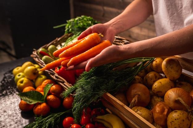 Agricultor vendendo vegetais orgânicos no mercado de estilo rústico com conceito de comida saudável Foto Premium