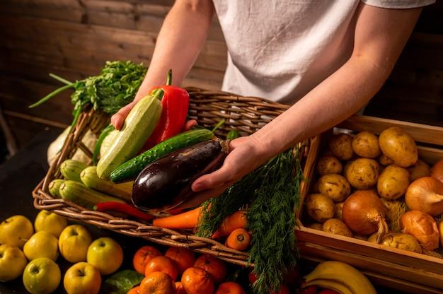 Agricultor vendendo vegetais orgânicos no mercado de estilo rústico com conceito de comida saudável