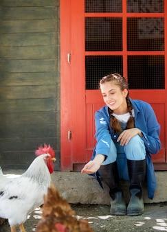 Agricultora alimentando as galinhas
