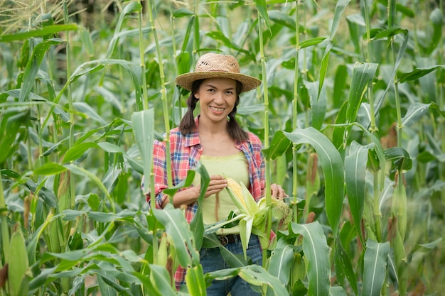 Agricultora examinando plantas em sua fazenda