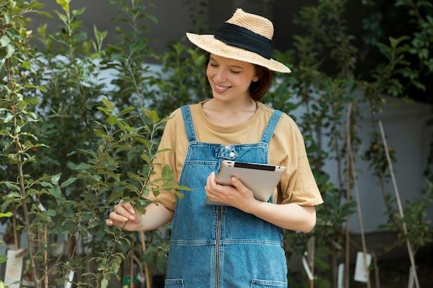 Agricultora trabalhando sozinha em sua estufa
