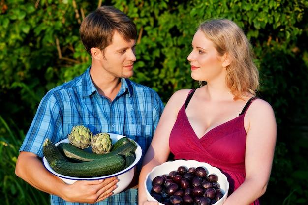 Agricultores com frutas e legumes