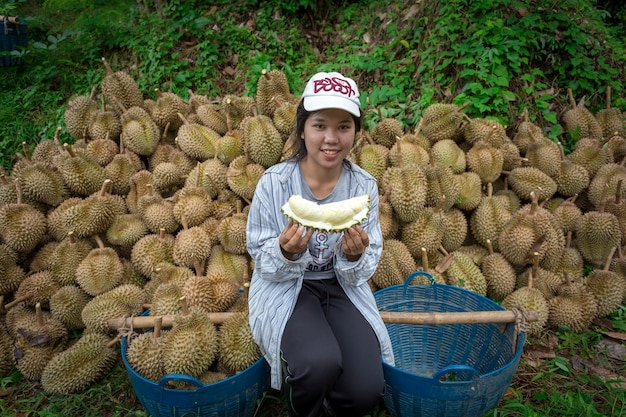 Agricultores durian estão realizando a partir do jardim durian