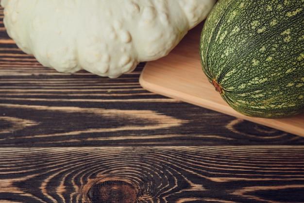 Agricultores frescos jardim legumes na mesa de madeira