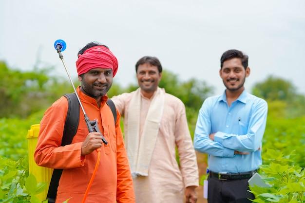 Agricultores indianos com agrônomo ou funcionário do banco