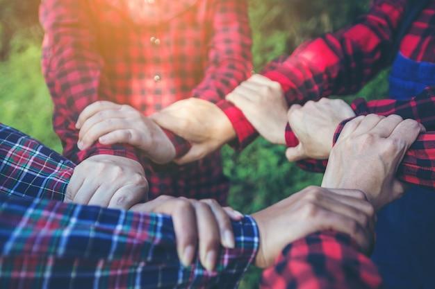 Agricultores se juntam a mão juntos.