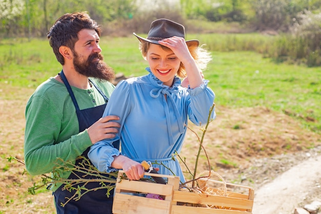 Agricultura de jardinagem e conceito de pessoas lindo casal, dia de primavera